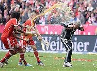 Fussball 1. Bundesliga   Saison  2012/2013   34. Spieltag   FC Bayern Muenchen  - FC Augsburg     11.05.2013 JUBEL; Deutscher Meister 2012/2013 FC Bayern Muenchen Bierdusche; Dante, Anatoliy Tymoshchuk duschen Trainer Jupp Heynckes (v.li.)