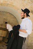 Asie/Israël/Judée/Jérusalem: luifs orthodoxes à la fontaine à Jérusalem