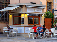 Caf&eacute; an der Piazza Cavour, Portoferraio, Elba, Region Toskana, Provinz Livorno, Italien, Europa<br /> Caf&eacute; at Piazza Cavour, Portoferraio, Elba, Region Tuscany, Province Livorno, Italy, Europe