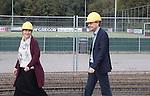 AMSTELVEEN - KNHB direkteur Erik Gerritsen   en mevrouw Elvire Wagener  , achternichtje van Joop Wagener sr. , hebben samen , symbolisch , de eerste paal geslagen van de nieuwe tribune van het Wagener hockeystadion. COPYRIGHT KOEN SUYK.