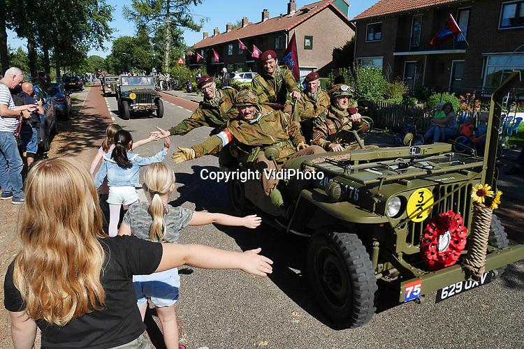 Foto: VidiPhoto<br /> <br /> ARNHEM – Honderden (motor)voertuigen -die gebruikt werden bij de Slag om Arnhem in september 1944- en ruim duizend re-enactors uit heel Europa namen zaterdag deel aan de zogenoemde Race to the Bridge. De oude pantservoertuigen, jeeps, vrachtwagens en motoren zijn voornamelijk eigendom van particulieren en rijden ieder jaar rond 17 september dezelfde route naar de brug bij Arnhem als de Engelse luchtlandingstroepen dat deden -of hadden moeten doen- in 1944. In Renkum (foto) en Oosterbeek werden de deelnemers aan de herdenkingstocht als helden binnengehaald. Het aantal deelnemers aan Race tot the Bridge was vanwege de 75-jarige herdenking van de slag, dit jaar groter dan ooit. Op diverse plekken rond Arnhem waren kampementen ingericht voor de re-enactors en hun historisch materieel.