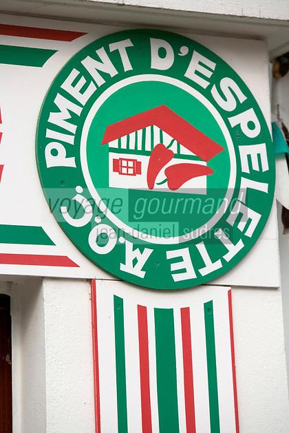 Europe/France/Aquitaine/64/Pyrénées-Atlantiques/ Espelette : Logo  du Piment d'Espelette AOC -  Façade des maisons basques du village