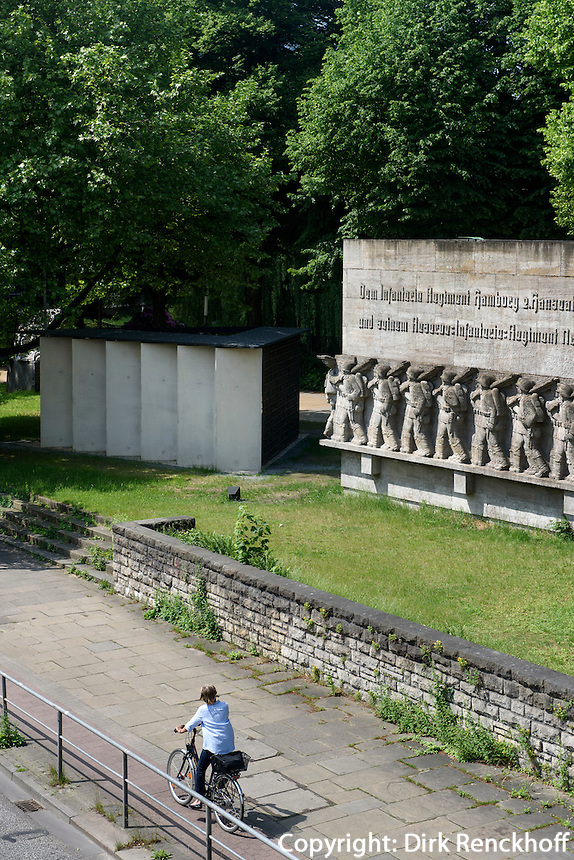 Kriegerdenkmal am Dammtordamm, erbaut 1936, Entwurf von Richard Ku&ouml;hl und  Deserteurdenkmal von Volker Lang erbaut 2015, Hamburg, Deutschland<br /> war memorial at Dammtordamm, built 1936, designed byn Richard Ku&ouml;hl and renegades monument built 2015  by Volker Lang,  Hamburg, Germany