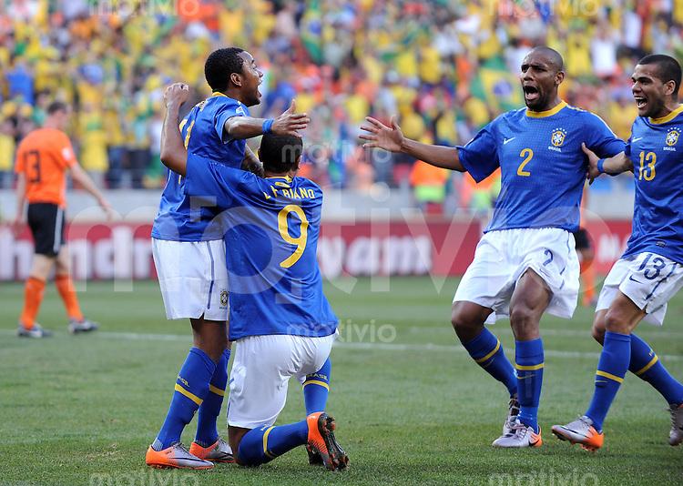 FUSSBALL WM 2010   VIERTELFINALE      02.07.2010 Holland - Brasilien Jubel nach dem Tor zum 0:1 von ROBINHO, LUIS FABIANO, MAICON (v. li., Brasilien)