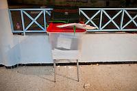 23 ottobre 2011 Tunisi, elezioni libere per l'Assemblea Costituente, le prime della Primavera araba: un'urna elettorale sopra cui sono appoggiati una cartelletta e dei fogli.<br /> premieres elections libres en Tunisie octobre <br /> tunisian elections