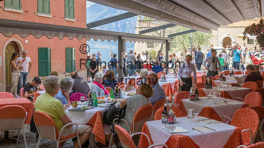 Italy, Veneto, Lake Garda, Malcesine: café at Porto Vecchio in old town | Italien, Venetien, Gardasee, Malcesine: Café am Porto Vecchio in der Altstadt