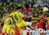 BUCARAMANGA - COLOMBIA, 11-08-2019: Jean Paul Pineda del Bucaramanga disputa el balón con Diego Sanchez del Cucuta durante partido por la fecha 5 de la Liga Águila II 2019 entre Atlético Bucaramanga y Cúcuta Deportivo jugado en el estadio Alfonso Lopez de la ciudad de Bucaramanga. / Jean Paul Pineda of Bucaramanga fights for the ball with Diego Sanchez of Cucuta during match for the date 5 of the Liga Aguila II 2019 between Atletico Bucaramanga and Cucuta Deportivo played at the Alfonso Lopez stadium of Bucaramanga city. Photo: VizzorImage / Oscar Martinez / Cont