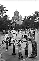 Belgrado, campo giochi al parco Tašmajdan. Sullo sfondo: la chiesa ortodossa serba di San Marco --- Belgrade, playground at Tašmajdan park. On the background: Serbian Orthodox St. Mark's Church