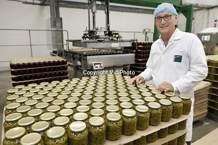 Foto: VidiPhoto <br /> <br /> DRIEL &ndash; Directeur Ruben Bringsken van Baltussen Konserven NV in Driel. Het is nu topdrukte bij de oudste conservenfabriek van Nederland. De jubilaris (150 jaar) zit op dit moment volop in de verse erwten. Tussendoor worden witte bonen in tomatensaus verwerkt. Niet alleen is de productie van het bedrijf in enkele jaren tijd gestegen van 35 naar 42 miljoen potten groenten, maar ook de consumptie van peulvruchten laat een sterkte groei zien. Dat wordt veroorzaakt doordat consumenten de peulen zien als een geschikte vleesvervanger. Daarnaast is 60 procent van de productie van Baltussen biologisch en ook dat is nog steeds een groeimarkt. Opmerkelijk is dat de Nederlandse consument dol is op glasgroenten, terwijl in het buitenland blik populairder is. &ldquo;Nederlanders willen zien wat ze kopen. Bovendien gaan onze groenten verser in de pot dan dat ze in de verswinkels liggen.&rdquo;