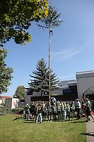 Worfeller Kerwegesellschaft stellt den Baum am Bürgerhaus auf und weiht ihn mit Kerweliedern