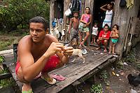"""Valdinei da ConceÁ""""o Cardoso com cinco irm""""os e sua m""""e, sem poder pescar.<br /> Rio Aur·.<br /> BelÈm, Par·, Brasil<br /> Foto Paulo Santos<br /> 19/03/2013"""