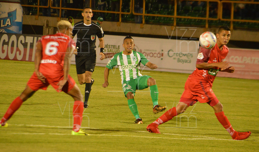 TUNJA - COLOMBIA - 15 - 02 - 2018:Jerson Malagon (Der.) jugador de Patriotas F. C., disputa el balón con Vladimir Hernandez (Cent.) jugador de Atletico Nacional, durante partido entre Patriotas FC y Atletico Nacional, de la fecha 3 por la Liga de Aguila I 2018 en el estadio La Independencia en la ciudad de Tunja. / Jerson Malagon  (R) of Patriotas F. C., figths the ball with Vladimir Hernandez (C) player of Atletico Nacional, during a match between Patriotas F. C. and Atletico Nacional, of the date 3rd for the Liga de Aguila I 2018 at La Independencia stadium in Tunja city. Photo: VizzorImage  /  Jose Miguel Palencia / Cont. (Mejor Calidad Disponible / Best Quality Available)