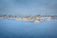 Disig vinterdag Djurgårdsfärja vid Skeppsholmen Stockholms ström