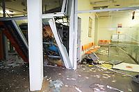 CARAMBEI, PR, 01.11.2014 - EXPLOSÃO AGÊNCIA BANCARIA / CARAMBEI - PR -  Seis bandidos armados explodiram uma agência bancaria na madrugada deste sábado (01) em Carambei, Paraná, a 138 km de distância da capital Curitiba. Os Bandidos agrediram o segurança e de imediato explodiram três caixas eletrônicos dentro da agência, levando todo o dinheiro existente no interior dos caixas. (Foto: Fabio Matavelli / Brazil Photo Press)