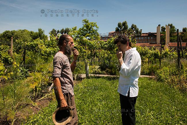 """Venezia Ristorante """"Oro"""" . Lo chef Davide Bisetto con Michele Savorgnano nel orto di F.U.D. alla Giudecca."""