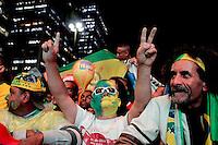SÃO PAULO, SP - 26.06.2013: CONCENTRA SP - Torcedores comemoram a vitória do Brasil no Vale do Anhangabaú região central de São Paulo. (Foto: Marcelo Brammer/Brazil Photo Press)