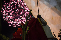 RIO DE JANEIRO, RJ, 23.04.2014 - DIA DE SÃO JORGE/MISSA -  Fiéis durante celebração de missa na Paróquia de São Jorge, localizada na Rua Clarimundo de Melo em Quintino no Rio de Janeiro, RJ, na mdrugada desta quarta-feira, 23, durante comemoração do Dia de São Jorge. (Foto: Tércio Teixeira / Brazil Photo Press).