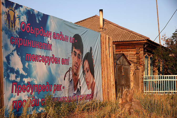 "?Erkenne Krebs rechtzeitig? Im kasachischen Semipalatinsk führte die Sowjetunion Atomwaffentests durch. Bis heute gibt es Kinder dort, die  mit schweren Behinderungen zur Welt kommen.  /""Detect cancer in time"" In Semipalatinsk in Kazakhstan the Soviet Union's tested nuclear weapons. Until today there are children there which were born with severe disabilities."