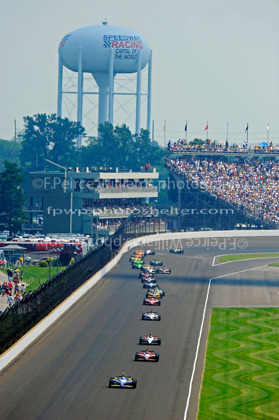 Mike Conway (#24) leads Justin Wilson (#22), Helio Castroneves (#3), Graham Rahal (#30) and Dario Franchitti (#10) in the closing laps.