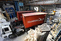 URUGUAY Montevideo, rice mill Saman, processing of GMO free rice for export / Reismuehle Saman, Verarbeitung von GVO freiem Reis fuer den Export, verladung in Container der Reederei Hamburg Süd