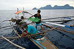 Parc naturel d'El Nido au nord ouest de l'île de Palawan célèbres pour ses falaises de calcaires et ses fonds sous marins. Philippines.Pêche au calamars