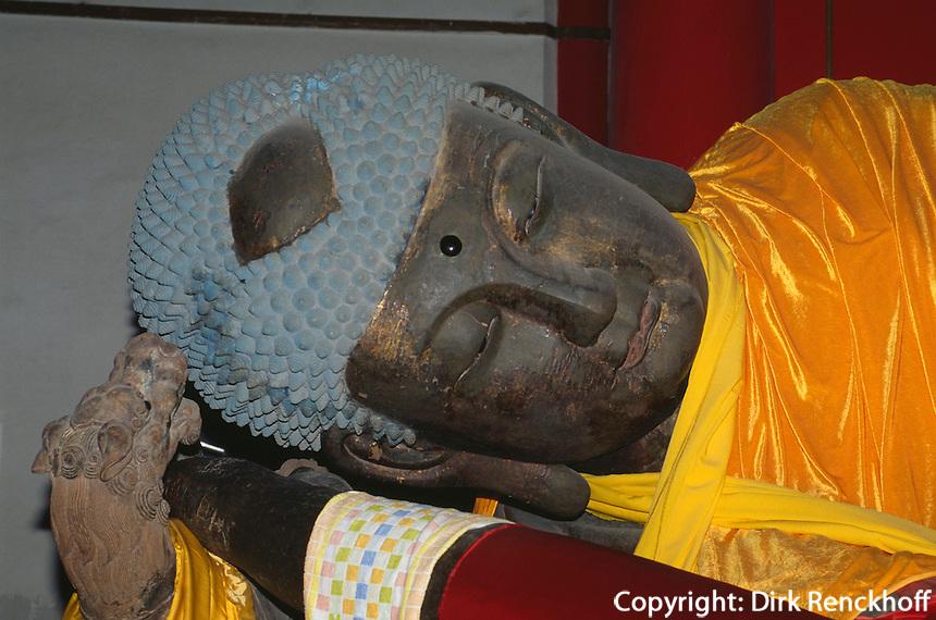 liegender Buddha im buddhistischen Tempel FaYuan-Si, Peking, China