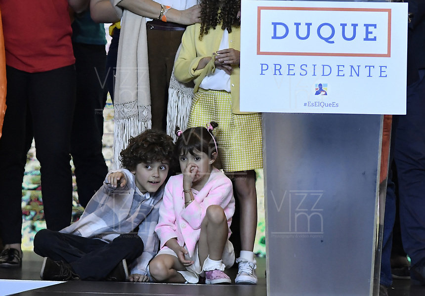 BOGOTA - COLOMBIA, 27-05-2018: Luciana, Matías y Eloisa hijos de Ivan Duque, candidato presidencial por le partido Centro Democrático durante la alocución de este último después de salir ganador en la jornada electoral hoy, 27 de mayo de 2018. Las elecciones presidenciales de Colombia de 2018 se celebrarán el domingo 27 de mayo de 2018. El candidato ganador gobernará por un periodo máximo de 4 años fijado entre el 7 de agosto de 2018 y el 7 de agosto de 2022. / Luciana, Matías and Eloisa children of Ivan Duque, presidential candidate for the Centro Democratico party, during his speech after winning on election day today, May 27, 2018. Colombia's 2018 presidential election will be held on Sunday, May 27, 2018. The winning candidate will govern for a maximum period of 4 years fixed between August 7, 2018 and August 7, 2022.. Photo: VizzorImage / Gabriel Aponte / Staff