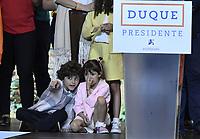 BOGOTA - COLOMBIA, 27-05-2018: Luciana, Matías y Eloisa hijos de Ivan Duque, candidato presidencial por le partido Centro Democrático durante la alocución de este último después de salir ganador en la jornada electoral hoy, 27 de mayo de 2018. Las elecciones presidenciales de Colombia de 2018 se celebrarán el domingo 27 de mayo de 2018. El candidato ganador gobernará por un periodo máximo de 4 años fijado entre el 7 de agosto de 2018 y el 7 de agosto de 2022. / Luciana, Matías and Eloisa children of Ivan Duque, presidential candidate for the Centro Democratico party, during his speech after winning on election day today, May 27, 2018. Colombia's 2018 presidential election will be held on Sunday, May 27, 2018. The winning candidate will govern for a maximum period of 4 years fixed between August 7, 2018 and August 7, 2022.. Photo: VizzorImage / Gabriel Aponte / Staff