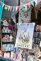 United Kingdom, London: Shop window display celebrating the Diamond Jubilee of HRH Queen Elizabeth II. and the upcoming XXX. Olympic Games | Grossbritannien, England, London: Schaufensterdekoration anlaesslich des Diamantenen Thronjubilaeums (60 Jahre) von Koenigin Elizabeth II. und der bevorstehenden Eroeffnung der XXX. Olympischen Spiele