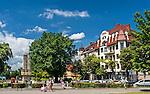 Zielona Góra (woj. lubuskie), 20.07.2013. SPlac Bohaterów w Zielonej Górze. Po lewej pomnik poświęcony bohaterom II wojny światowej.