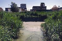 -  luglio 1988, industria chimica Farmoplant (Montedison)  a Massa Carrara, il torrente Lavello inquinato<br /> <br /> - July 1988, chemical industry Farmoplant (Montedison), in Massa Carrara, the polluted river Lavello