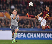 FUSSBALL CHAMPIONS LEAGUE  SAISON 2015/2016 ACHTELFINAL HINSPIEL AS Rom - Real Madrid                 17.02.2016 James Rodriguez (li, Real Madrid)  gegen William Vainqueur (re, AS Rom)