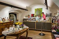 Italien, Suedtirol (Trentino - Alto Adige), Vischgau, Glurns: die einzige Stadt im Vinschgau, Café in der Laubengasse   Italy, South Tyrol (Trentino - Alto Adige), Val Venosta, Glurns (Italian: Glorenza): the only town in Val Venosta, café at lane Laubengasse - interior