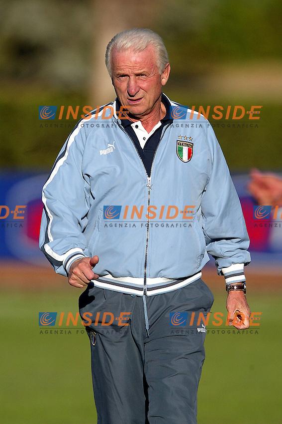 Coverciano 8/10/2003 <br /> Allenamento della nazionale italiana contro la nazionale italiana Under 17 in vista della partita contro l'Azerbaigian valevole come ultimo incontro delle qualificazioni europee.<br /> Giovanni Trapattoni. Foto Insidefoto.