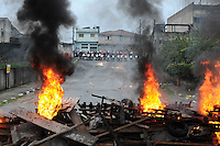 SAO PAULO, SP,27 de junho 2013- Moradores se prepara com barricadas contra uma reintegracao de posse que esta pra acontecer em Sao Mateus no  Parque Sao Rafael no local vive mais de 500 familias -  ADRIANO LIMA / BRAZIL PHOTO PRESS).