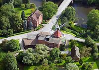 """Reitbrook Windmühle: DEUTSCHLAND, HAMBURG 19.08.2017: Reitbrook Windmühle, Die Reitbrooker Mühle ist eine im Jahr 1870 erbaute Windmühle. Sie steht im in den Marschlanden gelegenen Hamburger Stadtteil Reitbrook am Ufer der Dove Elbe, am Vorderdeich 11.<br /> Die Mühle liegt unmittelbar an der Reitbrooker Mühlenbrücke, die den Ort mit dem nördlich der Dove Elbe gelegenen Allermöhe verbindet.<br /> Vor dem Bau der Brücke hatte hier über Jahrhunderte eine Fähre bestanden. Bereits im Jahr 1773 erhielt der Besitzer des unmittelbar neben der heutigen Windmühle gelegenen Fährhofs die Erlaubnis, an dieser Stelle eine Schrotmühle mit Windantrieb zu errichten. Der ursprüngliche Bau brannte 1870 nieder und wurde daraufhin durch die heutige Windmühle ersetzt.<br /> Es handelt sich um einen so genannten """"Galerieholländer"""" mit zweigeschossigem quadratischen Unterbau aus Backstein sowie einem achteckigen hölzernen Aufbau. Die Haube, also der oberste Teil der Mühle an dem die Flügel befestigt sind, ist entsprechend der Windrichtung drehbar. Die Mühlenflügel besitzen eine Länge von 12,50 m. Im 20. Jahrhundert erhielt die Mühle elektrische Einbauten; das letzte Mahlen mit Windantrieb erfolgte 1938/39. Im Jahre 1942 wurde das Bauwerk unter Denkmalschutz gestellt.<br /> Die Reitbrooker Mühle ist eine von neun im hamburgischen Gebiet erhaltenen Windmühlen und die einzige, die noch ihre originalen Flügel besitzt. Sie befindet sich insgesamt in einem guten Erhaltungszustand und gilt als das Wahrzeichen von Reitbrook.<br /> <br /> Heutzutage wird die Mühle von einem Handelsbetrieb für Futtermittel und Gartenbaubedarf genutzt, der in ihr auch noch Getreideerzeugnisse elektrisch vermahlt."""