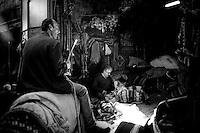 Un propriétaire de mules négocie avec l'artisan qui confectionne la sellerie au bazar.<br /> A mule owner negotiates with the craftsman who makes the upholstery in the bazaar.
