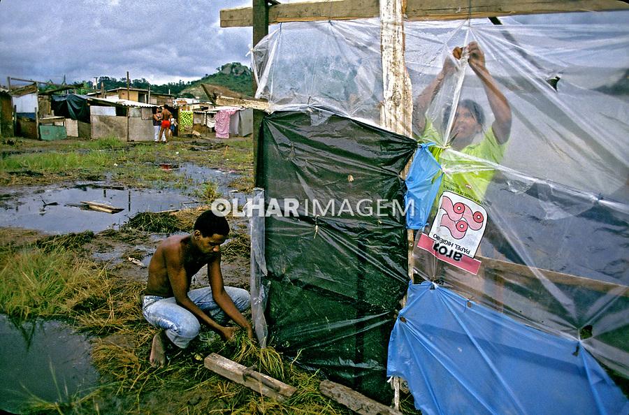 Invasão de terreno por favelados. Rio de Janeiro. 1999. Foto de Ricardo Azoury.