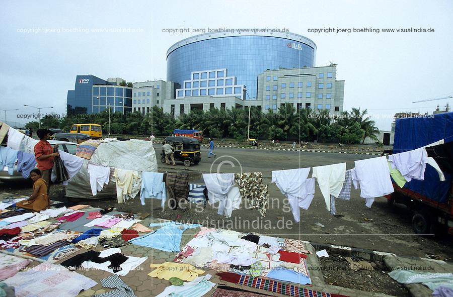 INDIEN Bombay Mumbai das Wirtschaftszentrum Finanzzentrum Indiens, neuer Bandra Kurla Komplex mit Bueros für Firmen, ICICI Bank, Menschen aus einem angrenzenden Slum trocknen Waesche auf der Strasse / INDIA Mumbai Bombay, new business complex Bandra-Kurla with new office space, ICICI Bank, slum dweller dry clothes on the street