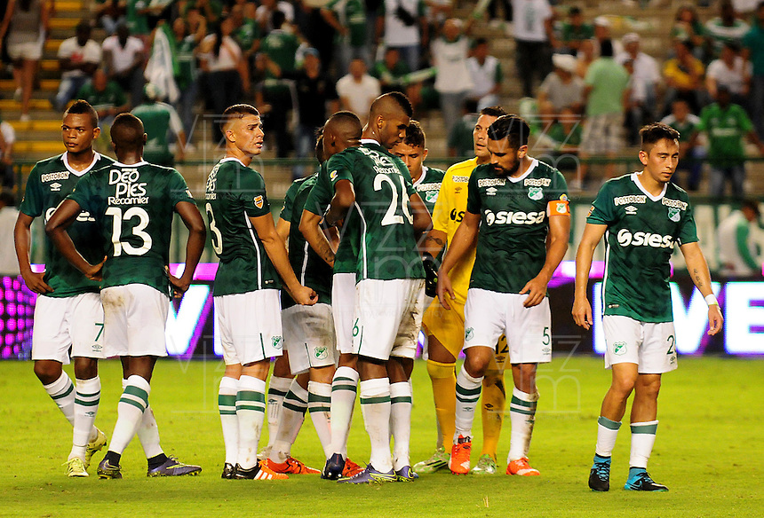 CALI - COLOMBIA - 23 - 01 -2015: Los jugadores de Deportivo Cali, al final del primer tiempo del partido de ida entre Deportivo Cali y Atletico Nacional, por la Super LigaLiga Aguila 2016 en el estadio Deportivo Cali (Palmaseca) de la ciudad de Cali. / The players of Deportivo Cali, at the end of the first time in a match for the first round between Deportivo Cali and Atletico Nacional, for the Super Liga Aguila 2016 at the Deportivo Cali (Palmaseca) stadium in Cali city. Photo: VizzorImage /  NR / Cont.