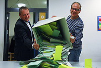Andreas Hoffmann (l.) und Alexander Kamenicky (r.) leeren die Urne mit den Stimmzetteln in der Büttelborner Pestalozzischule und freuen sich über die hohe Wahlbeteiligung - Büttelborn 28.10.2018: Bürgermeister- und Landtagswahl