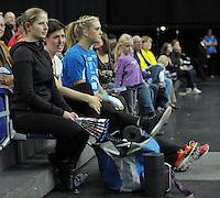 Handballl Champions League Frauen - HC Leipzig (HCL) gegen IK Sävehof/ Saevehof am 19.10.2013 in Leipzig (Sachsen). <br /> IM BILD: Die verletzten Anne Müller / Mueller (HCL) und Anne Hubinger (HCL) auf der Zuschauertribüne <br /> Foto: Christian Nitsche / aif