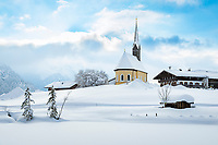 Deutschland, Bayern, Chiemgau, Inzell: Winterlandschaft beim Ortsteil Einsiedl mit Kirche St. Nikolaus | Germany, Upper Bavaria, Chiemgau, Inzell: winter scene at district Einsiedl with churh St Nicholas