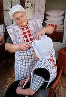 SPAKENBURG - Elk jaar vinden in de zomer de Spakenburgse Dagen plaats. Vier woensdagen met folkloristische activiteiten en veel mensen in klederdracht. Vrouwen helpen elkaar met de klederdracht