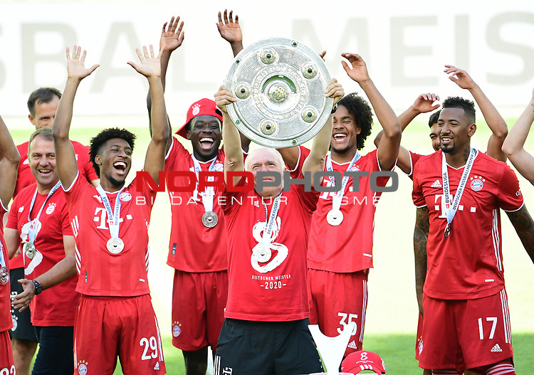 "Deutscher Meister 2020, FC Bayern Muenchen v.l. Trainer Hans-Dieter ""Hansi"" Flick, Kingsley Coman, Alphonso Davies, Co-Trainer Hermann Gerland mit Meisterschale, Joshua Zirkzee, Jerome Boateng<br />