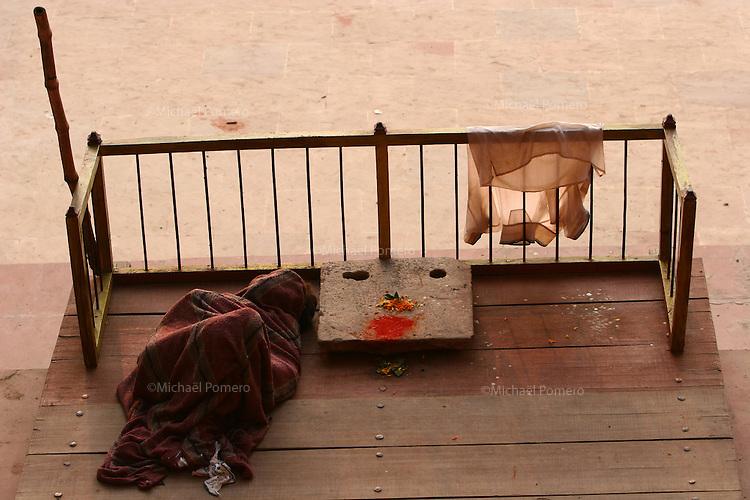 06.11.2007 Varanasi(Uttar Pradesh)<br /> <br /> Man sleeping near Ganga river.<br /> <br /> Homme dormant pres du Gange.