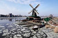 Nederland -  Zaanstad -  2018. IJsschotsen bij de molens in Zaanse Schans.  Molen het Jonge Schaap. Het Jonge Schaap is een houtzaagmolen. De originele molen uit 1680 is in 1942 afgebroken. Hij stond in Zaandam, in het verlengde van de Stationsstraat. Rond 2006 is een replica gebouwd, die een plaats heeft gekregen aan de Zaanse Schans. Voor het maken van de replica is gebruikgemaakt van tekeningen die Anton Sipman gemaakt had, voordat die originele molen werd afgebroken. Ooit waren er in de Zaanstreek ongeveer 109 bovenkruier houtzaagmolens in bedrijf en Het Jonge Schaap is daarvan de laatste. Een andere bijzonderheid is dat het een van de acht zeskante molens in Nederland is en daarvan de enige houtzaagmolen. De molen is nog in bedrijf. Foto Berlinda van Dam / Hollandse Hoogte
