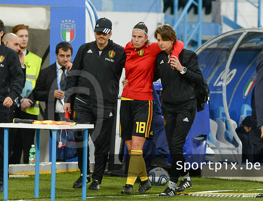 20180410 - FERRARA , ITALY : Belgian Laura De Neve (middle) pictured leaving the pitch injured with the help of Belgian doctor Kris Vanderlinden (left) and physiotherapist Fabienne Van De Steene (r) during the female soccer game between Italy and the Belgian Red Flames , the fifth game in the qualificaton for the World Championship qualification round in group 6 for France 2019, Tuesday 10 th April 2018 at Stadio Paolo Mazza / Stadio Comunale in Ferrara , Italy . PHOTO SPORTPIX.BE | DAVID CATRY