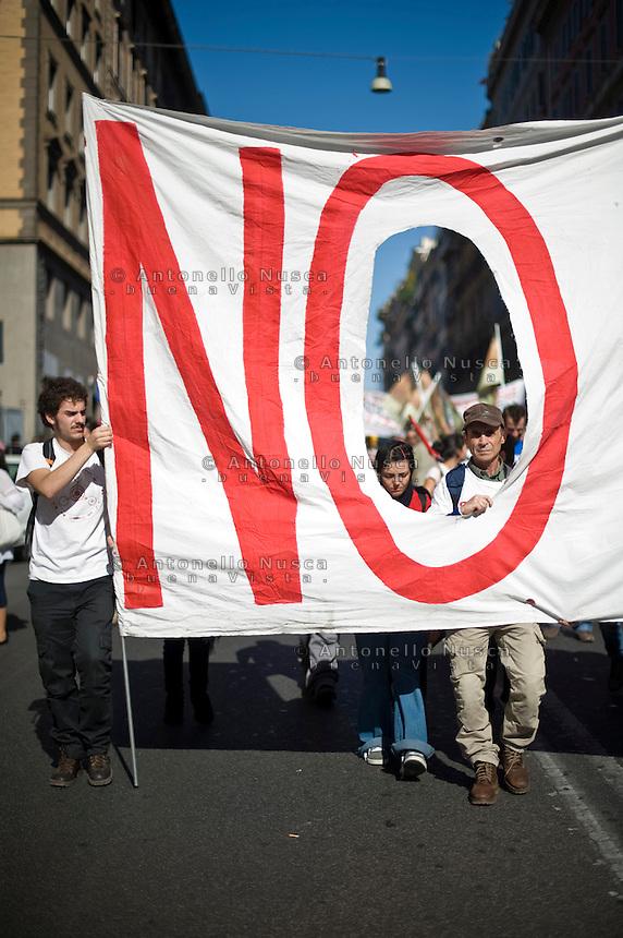 """Uno striscione esposto durante la manifestazione """"Occupy Wall Street"""" di Roma"""