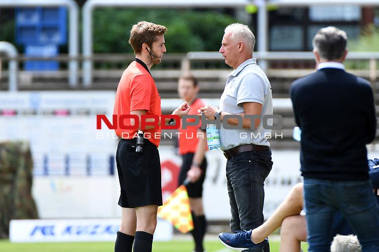 28.06.2020, Hänsch-Arena, Meppen, GER, 3.FBL, SV Meppen vs. FC Ingolstadt 04 <br /> <br /> im Bild<br /> Schiedsrichter Dr. Justus Zorn und Trainer Christian Neidhart (SV Meppen)<br /> <br /> <br /> DFL REGULATIONS PROHIBIT ANY USE OF PHOTOGRAPHS AS IMAGE SEQUENCES AND/OR QUASI-VIDEO<br /> <br /> Foto © nordphoto / Paetzel